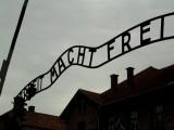 """Szyderczy napis """"Arbeit macht frei"""" umieszczony nad bramą wejściową obozu Auschwitz."""