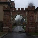Brama z ozdobnym krenelażem.