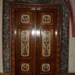 Bogato zdobione płyciny drzwi.