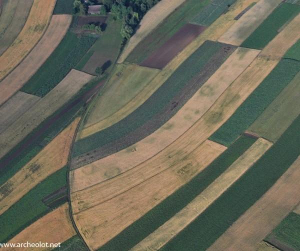 Pozostałości kurhanów doskonale widoczne na zdjęciach lotniczych.