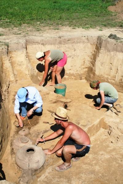 Odsłanianie świetnie zachowanych naczyń ceramicznych sprzed 4000 lat.