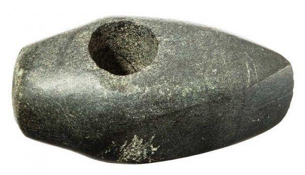Jeden ze znalezionych kamiennych toporków.