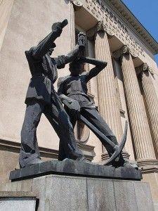 Pomnik górników przy wejściu do budynku A0 Akademii Górniczo-Hutniczej w Krakowie.