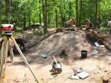 Eksploracja nasypu kurhanu po zdjęciu warstwy ściółki leśnej. Foto: Łukasz Miechowicz.