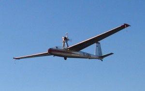 Motoszybowiec – to odmiana szybowca wyposażona w silnik umożliwiający samodzielny start. Od klasycznego szybowca odróżnia się też podwoziem umożliwiającym samodzielne starty (zwykłe szybowce w trakcie startu muszą być wspomagane przez obsługę naziemną). W odróżnieniu od samolotu, silnik w motoszybowcu nie stanowi głównego źródła napędu, a jedynie napęd pomocniczy używany do startu oraz w lotach bez warunków termicznych. (Źródło: Wikipedia)