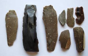 Wybrane narzędzia krzemienne odkryte w trakcie wcześniejszych badań w Sławnie (Lublin). Foto: Stanisław Petrykowski, dzięki uprzejmości Archeowieści.
