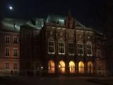 Collegium Novum nocą. Foto: Andrzej Barabasz, Creative Commons.
