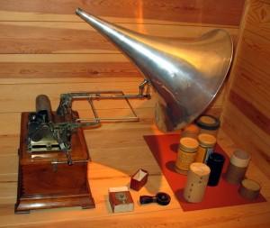 """Fonograf. Dzięki wynalazkowi Edisona podczas badań na Hokkaido Bronisław Piłsudski zarejestrował język Ajnów. Unikatowe 100 wałków woskowych z nagraniem dźwiękowym można obecnie oglądać w Centrum Kultury i Techniki """"Manggha"""" w Krakowie. Na początku lat 80-tych XX w. wałki te zostały wypożyczone z Polski przez Japończyków, a firma SONY skonstruowała specjalny laserowy odpowiednik urządzenia do ich odczytu, dzięki któremu udało się po wielu latach znów usłyszeć zapisane na nich dźwięki."""