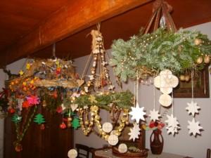 Podłaźniki. Zdjęcie pochodzi z VIII Konkurs Plastyki Obrzędowej Świąt Bożego Narodzenia, organizowanego przez Miejski Ośrodek Kultury w Nowym Wiśniczu w 2007 roku. Foto: archiwum MOK, Nowy Wiśnicz