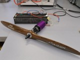 Prezentacja ogniw wodorowych, przygotowanych do napędzania cichego i niewidzialnego dla detektorów podczerwieni drona. Foto: PAP/ Jacek Bednarczyk.