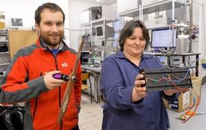 Dr Magdalena Dudek i inż. Bartłomiej Lis z Akademii Górniczo-Hutniczej w Krakowie prezentują ogniwa wodorowe, przygotowane do napędzania cichego i niewidzialnego dla detektorów podczerwieni drona.