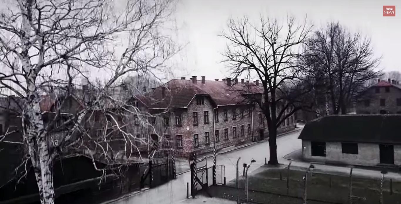 film z lotu ptaka nad Auschwitz