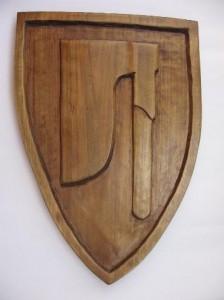 drewniana tarcza z herbem topór