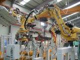 Przykład nowoczesnej lini montażowej. Robot FANUC R2000iB przy pracy. Foto: Wikipedia.