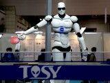 Robot TOPIO grający w tenisa stołowego. Foto: Humanrobo, Wikimedia.