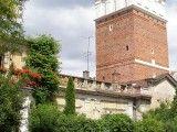 Brama Opatowska w Sandomierzu. Na pierwszym planie kamienica w pobliżu której dokonano odkrycia. Foto: Andrzej 0., Wikipedia